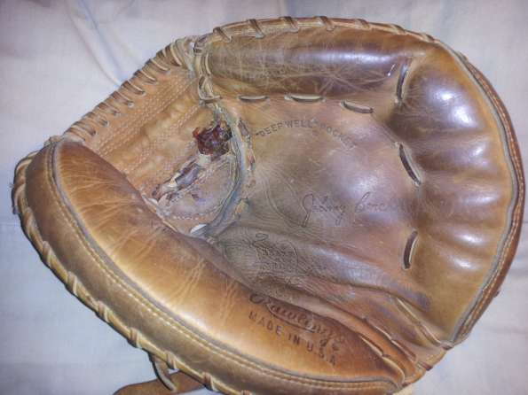 Johnny Bench Rawlings Heart of the Hide Catchers Mitt Front
