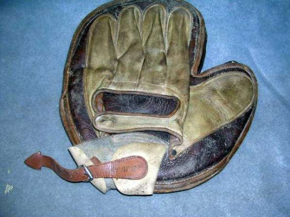 William Read & Sons Crescent Catchers Mitt With Wrist Strap Back